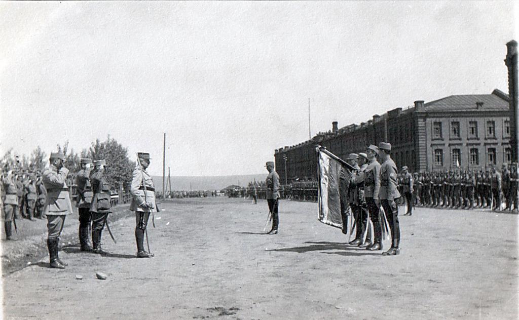 Главнокомандующий союзных войск в Сибири, генерал французской армии Морис Жанен вручает награды бойцам 1 стрелкового полка на смотре в Иркутске (Красные казармы, 1919 год)