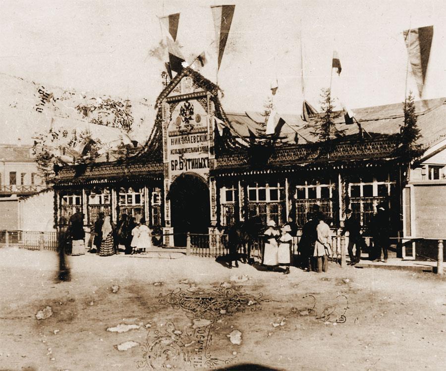 Парадный вход центрального павильона железоделательного завода братьев Бутиных. Фото П. А. Милевского.1891.