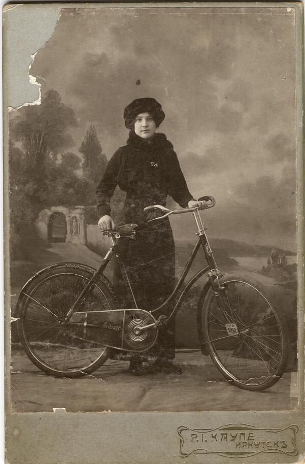 Марина Владимировна Васильева возле велосипеда