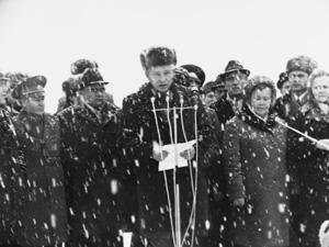 На открытии памятника легендарному конструктору М.К.Янгелю выступает Леонид Кучма, работавший под его началом