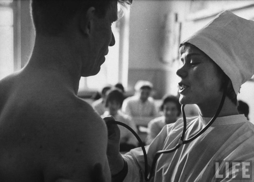 Неля Спиридонова слушает сердце пациента