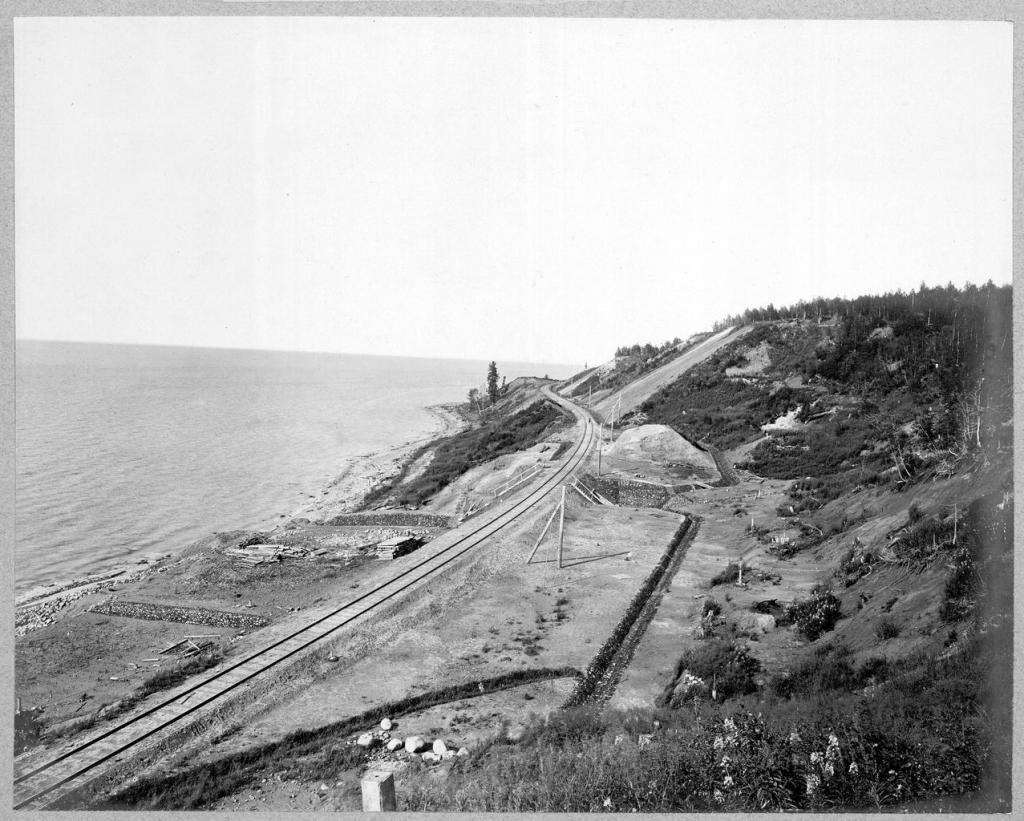 Вид участка железной дороги вдоль озера Байкал