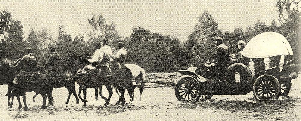От Пекина через степь Гоби до Кяхты путешественников сопровождал конвой китайской конницы, на русской территории его сменили казаки. На помощь «Спайкеру» пришли русские казаки