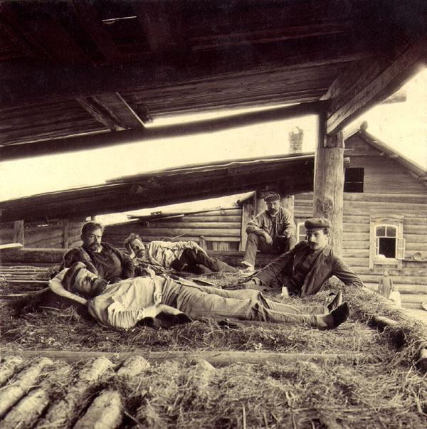 На сеновале в деревне Суховской. Охотники. 22 июля 1907