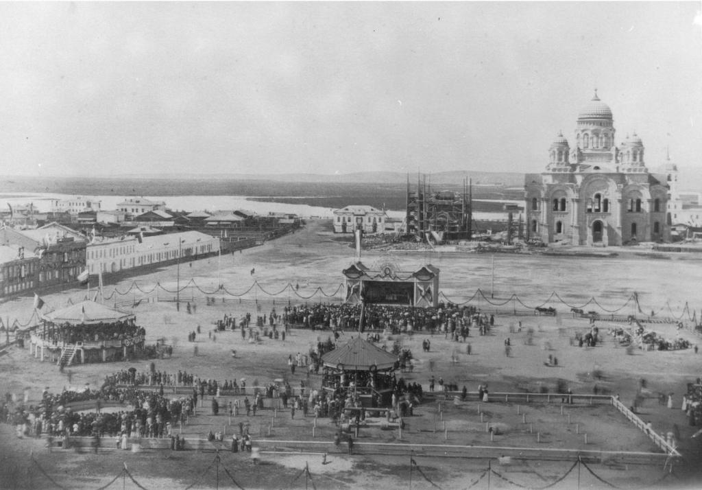 На празднично украшенной Тихвинской площади вблизи величественного Казанского кафедрального собора была сооружена каменная триумфальная арка, увенчанная куполом с государственным гербом России.