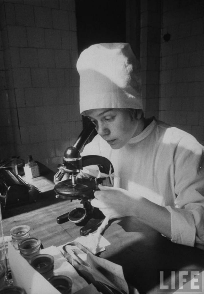 Иркутская студентка медик Неля Спиридонова изучает образцы крови