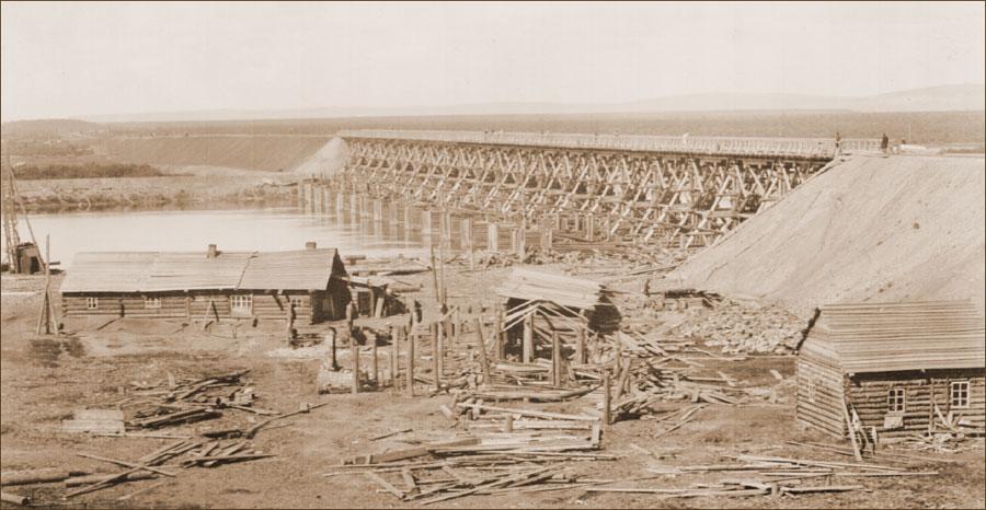 Деревянный железнодорожный мост через р. Иркут. Фото В. К. Ястремского. 1898