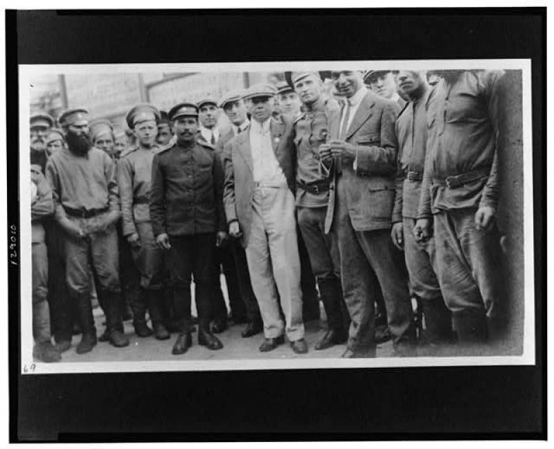 Чарльз Рассел и группа русских солдат в Иркутске