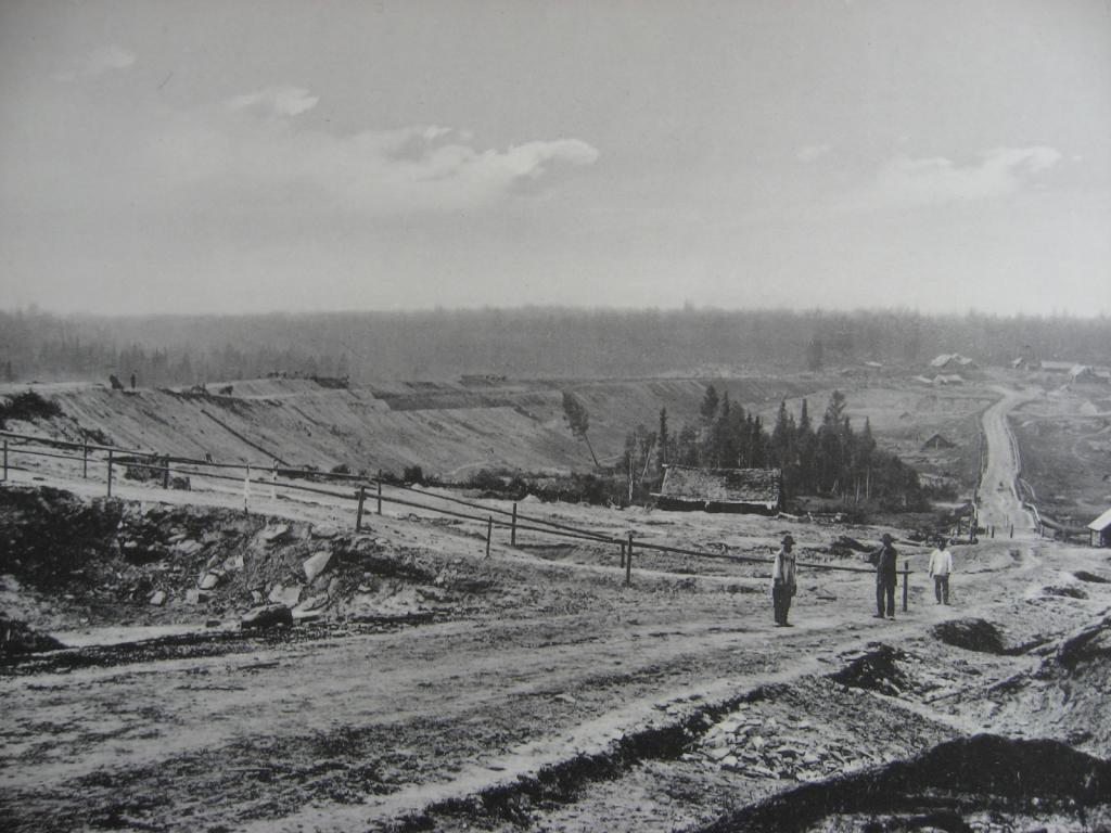2483 верста. Вид на насыпь на р. Моховой. Строительный период 1910 г.