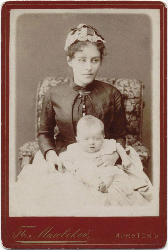 Молодая женщина с ребенком