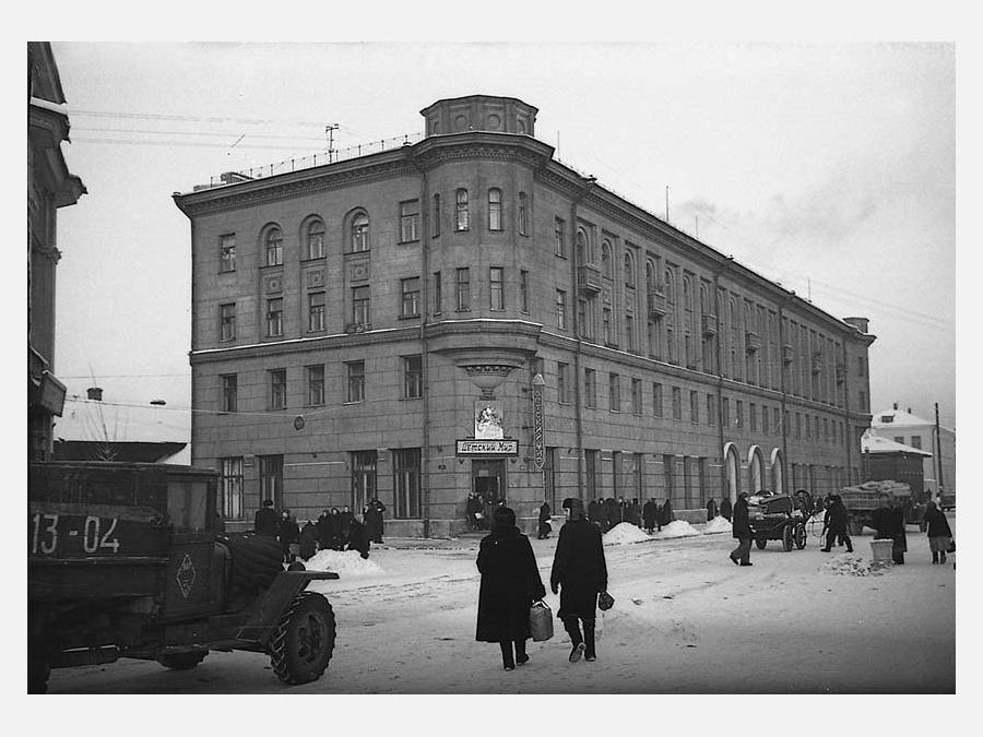 Улица Дзержинского напротив Центрального рынка (здание Центрального мебельного магазина). 1950-е годы