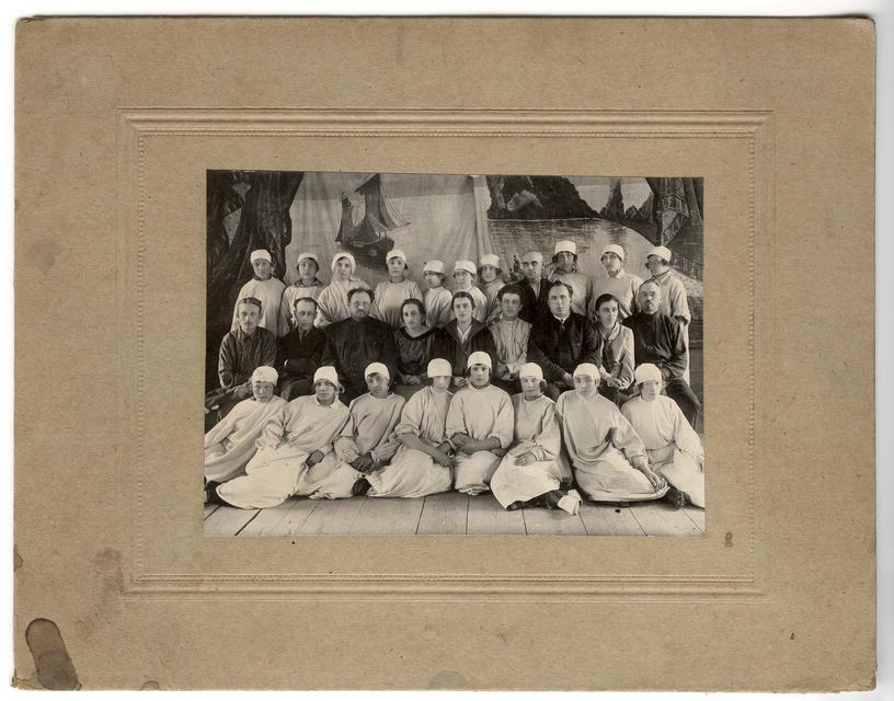 Группа студентов-медиков с профессорско-преподавательским составом иркутской губернской больницы.