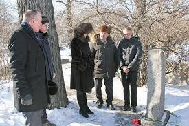 Коммунисты возлагают венки к могиле партизана