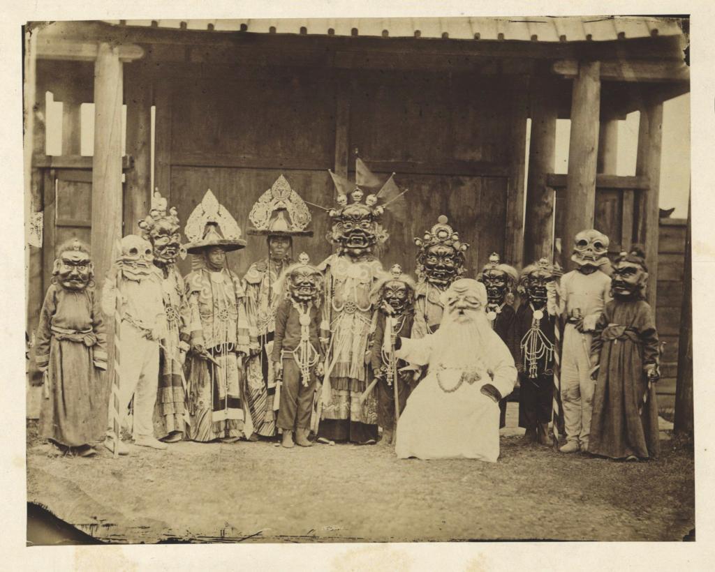 Ламы в масках и костюмах, участвующие в религиозной пляске