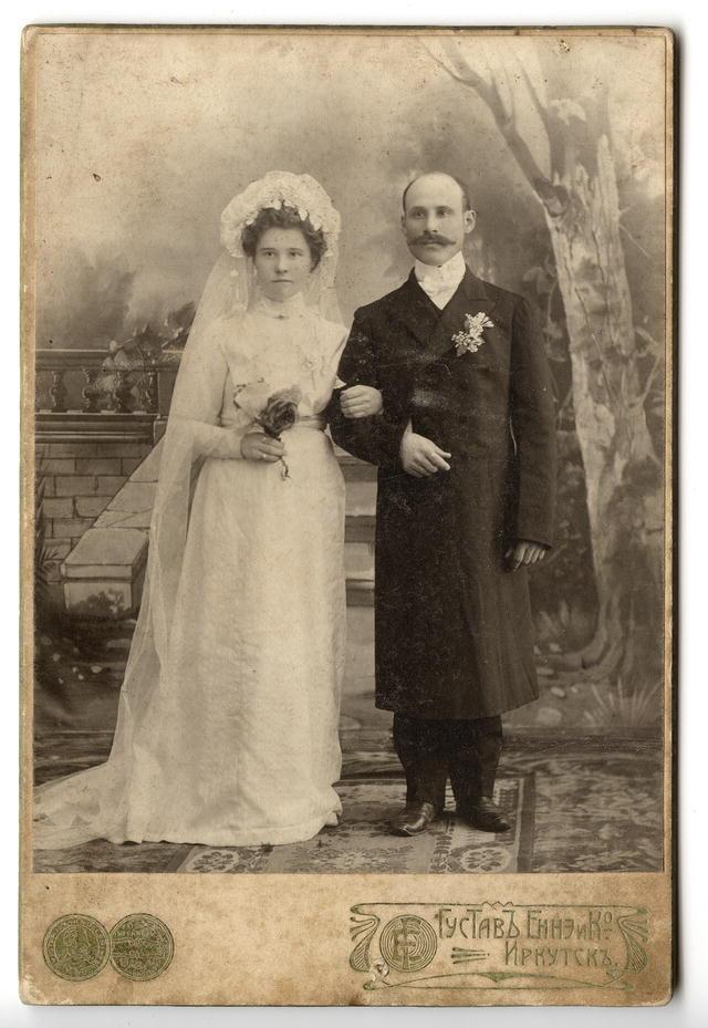 Молодая супружеская пара Шубиных в свадебном наряде. Иркутск, начало XX века.
