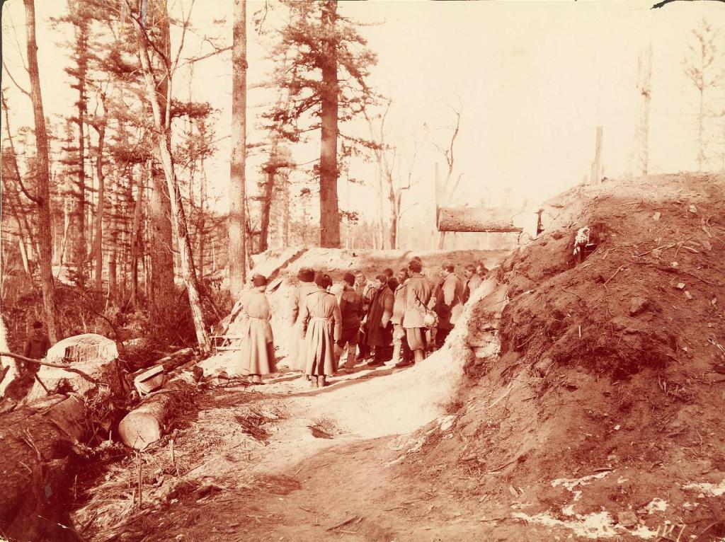 Землянки строителей Транссиба около Култука.