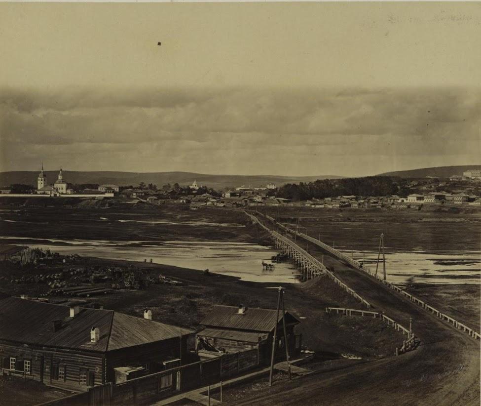 Знаменское предместье, мост через реку Ушаковку. Слева виден Знаменский женский монастырь. 1880-е