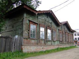 Здание находится по адресу: ул. Баррикад (бывшая Знаменская), 81.