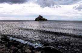 Остров Камень Бакланий вблизи Песчаной - единственный в южной акватории озера. Еще в прошлом веке на этом маленьком острове находилась самая крупная на Байкале колония большого баклана (с начала 60-х годов баклан на Байкале исчез, за исключением редких встреч, полностью)