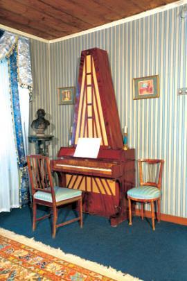 Пирамидальное фортепиано М.Н. Волконской. Конец XVIII в. Экспонат музея
