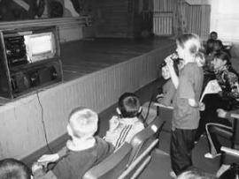 Школа в Афанасьево - единственная, где пению детей учит караоке