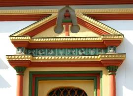 Желто-зеленые переливы изразцовых поясов на фоне белых стен усиливают праздничность и нарядность собора