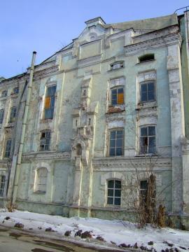 Корпуса административного здания и жилого дома дрожжевинокуренного завода, строительство закончено в 1897 году. Угол улиц Гаврилова (Савинской) и Набережной