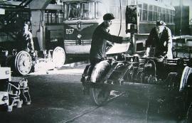 Начало 1970-х гг. РВЗ - 6. Трамвайное депо. Вагон РВЗ - 6 и колесная пара для него.