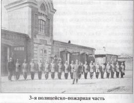 На фото: иркутские пожарные на своём ежегодном празднике 30 августа возле главной городской каланчи при III пожарно-полицейской части.
