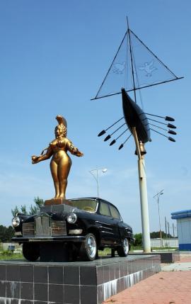 """""""Дождливое такси"""", скульптурная композиция в г. Ангарске. Создана по мотивам известной работы Сальвадора Дали"""