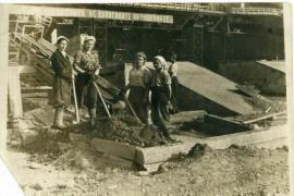 Девушки-бетонщицы.