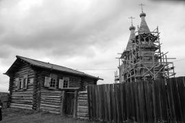 Церковь было решено построить в одном стиле с избой — деревянную, рубленую.