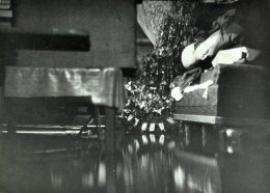 Для того чтобы в пятидесятые уберечься от паводка, жителям прибрежной части Иркутска пришлось забираться повыше: в домах с основательным фундаментом достаточно было залезть на печку или стол