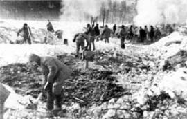 Заключенные на отсыпке земляного полотна железной дороги. Фото 1940-х годов