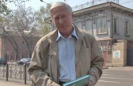 Ю.И. Баранов на фоне Дома литераторов Иркутска