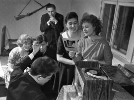 Песни об Усть-Илиме А. Пахмутовой пели молодые ребята в общежитиях