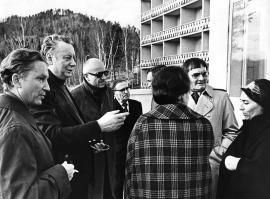 В гостях у иркутских писателей: второй справа Э. Базен, первый слева А. Шастин, второй слева О. Шестинский