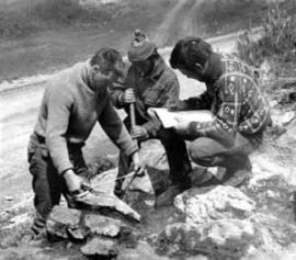 Отряд Окладникова на разведке местности