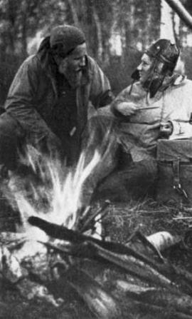 Окладников (справа) отдыхает у костра на нижнем Амуре
