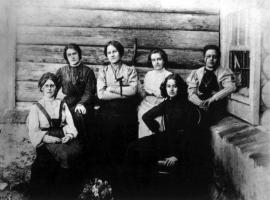 Акатуевская тюрьма. Слева направо: М. Спиридонова, М. Школьник, А. Биценко, А. Измайлович, Р. Фиалка, Л. Езерская