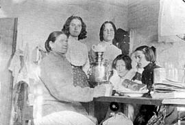 Мальцевская тюрьма. Слева направо: неизвестная личность, Р. Фиалка, А. Биценко, М. Спиридонова, М. Школьник