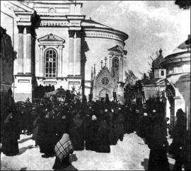 Торжественное шествие с мощами Св. Иннокентия 9-го февраля 1905 г. в день столетия со дня открытия его мощей в Вознесенском монастыре.  Фото И. М. Портнягина