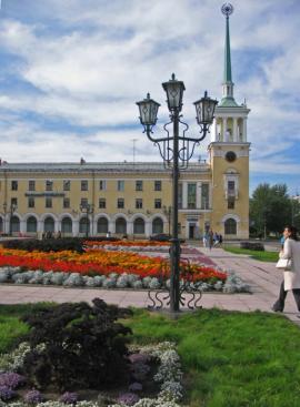 Башня с часами украшает здание главпочтамта города Ангарска