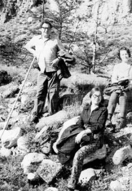 В ботаническом маршруте на Байкале с Н.Водопьяновой и Дженни Кофен из Северной Каролины (США). 1973 г.
