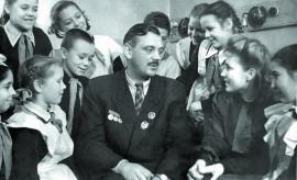 Писатель С. Михалков среди иркутской детворы