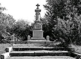Писатель Афанасий Щапов похоронен в одной могиле с женой в самом начале предместья Марата
