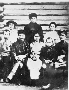 В центре снимка — родители Корнилия Черепанова, справа — брат Аркадий, во втором ряду в центре — Корнилий, по бокам —сестры