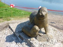 Скульптура нерпы в Иркутске