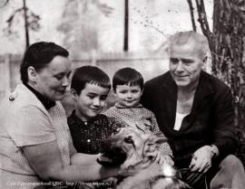 На подмосковной даче. С женой Ириной Викторовной, внуками Димой и Сережей и любимой собакой Пальмой