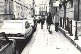 Женя Монохонов шагает по парижской улице в 1990 году.